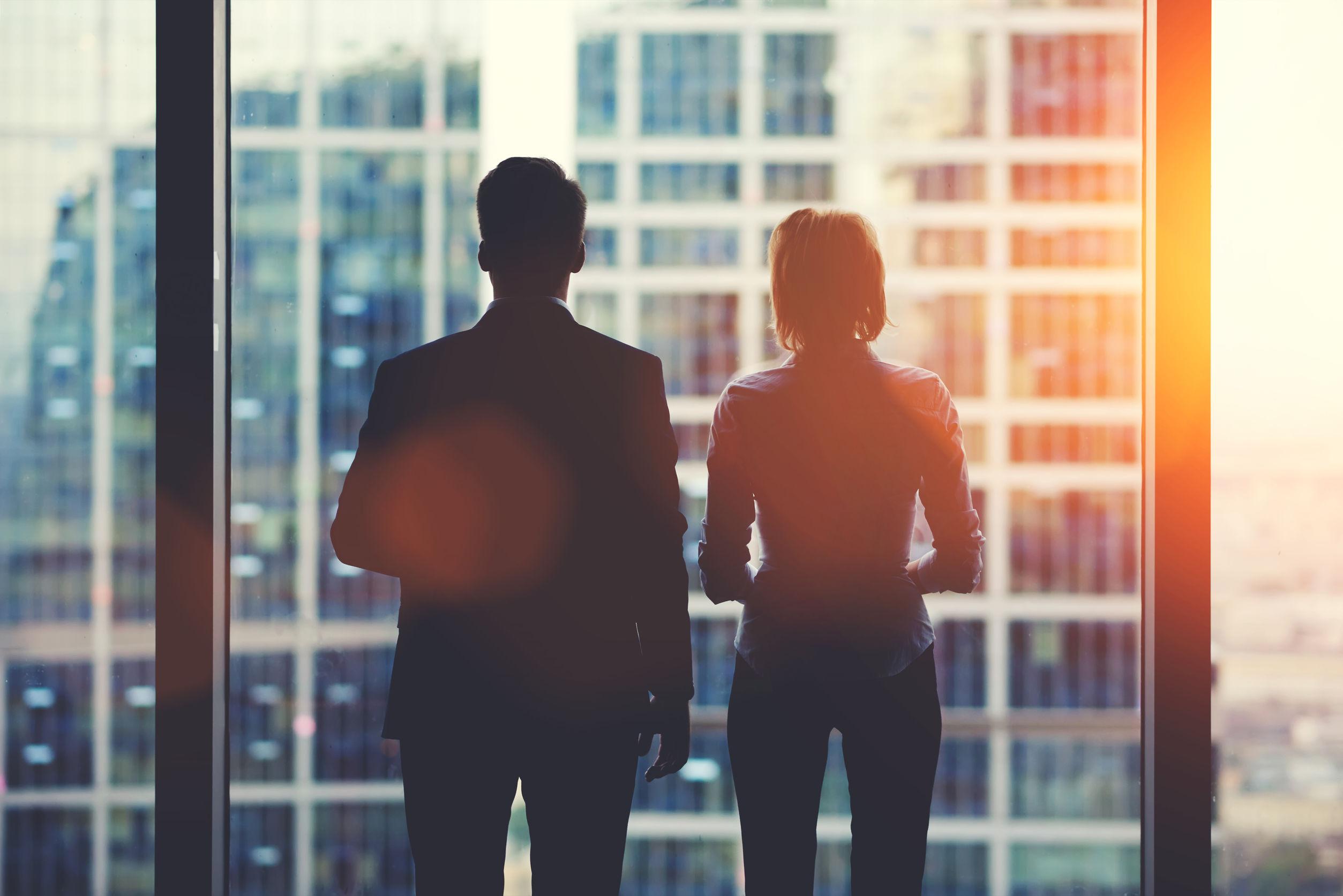Hombres y mujeres ejecutivas que buscan oportunidades laborales en Merida