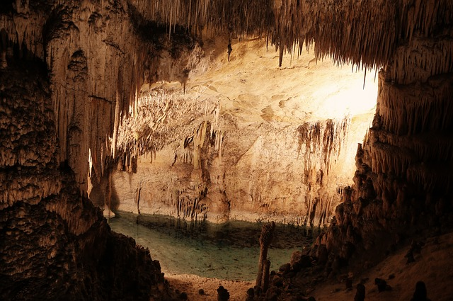 cave-498373_640