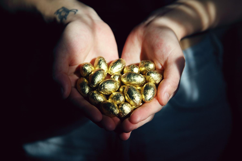 manos-sujetando-oro-amenidades