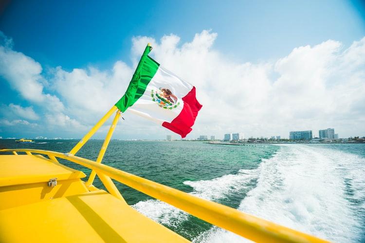 bandera-mexico-en-mar-lancha