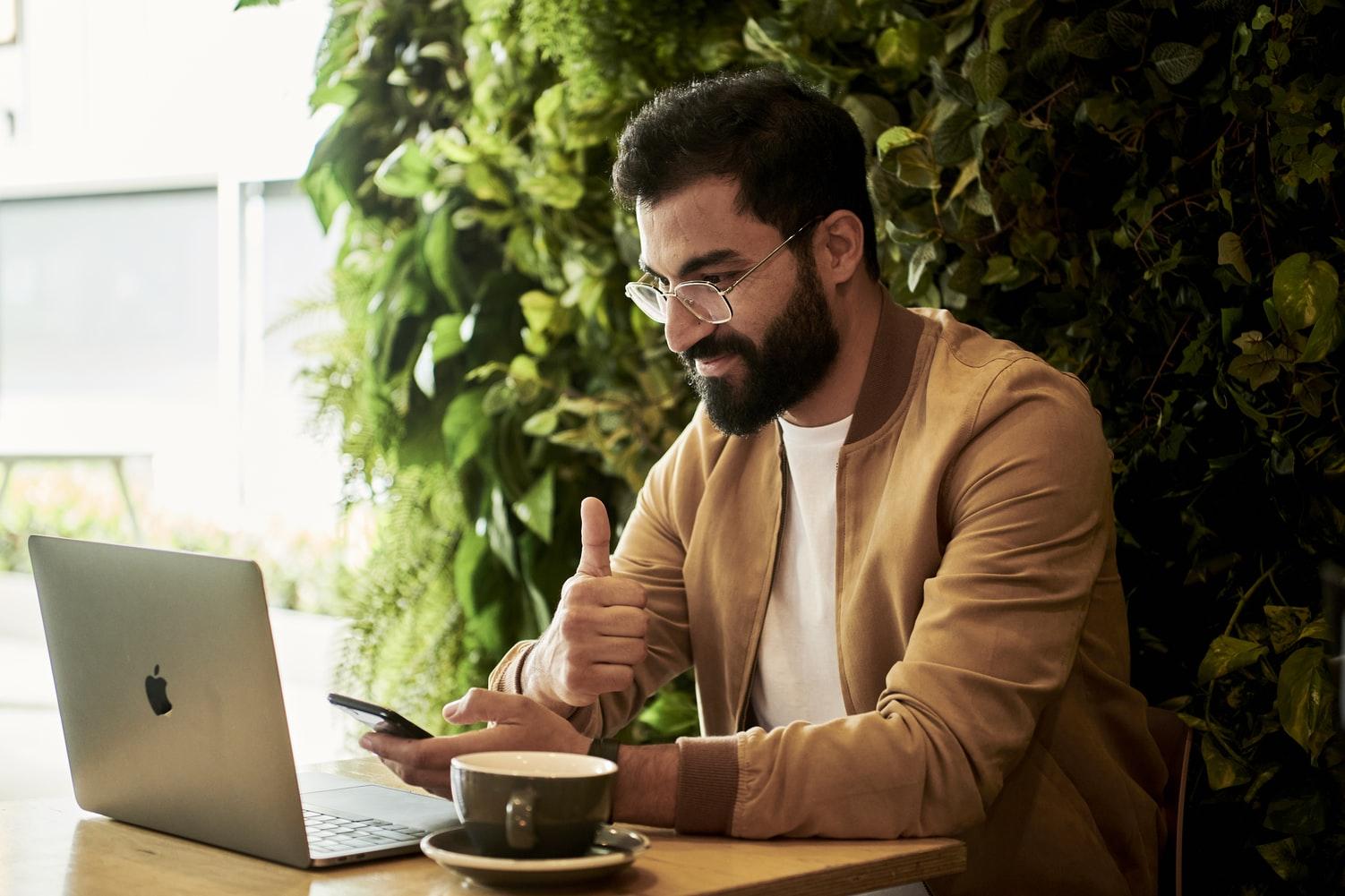 hombre-trabajando-en-oficina-tripleA