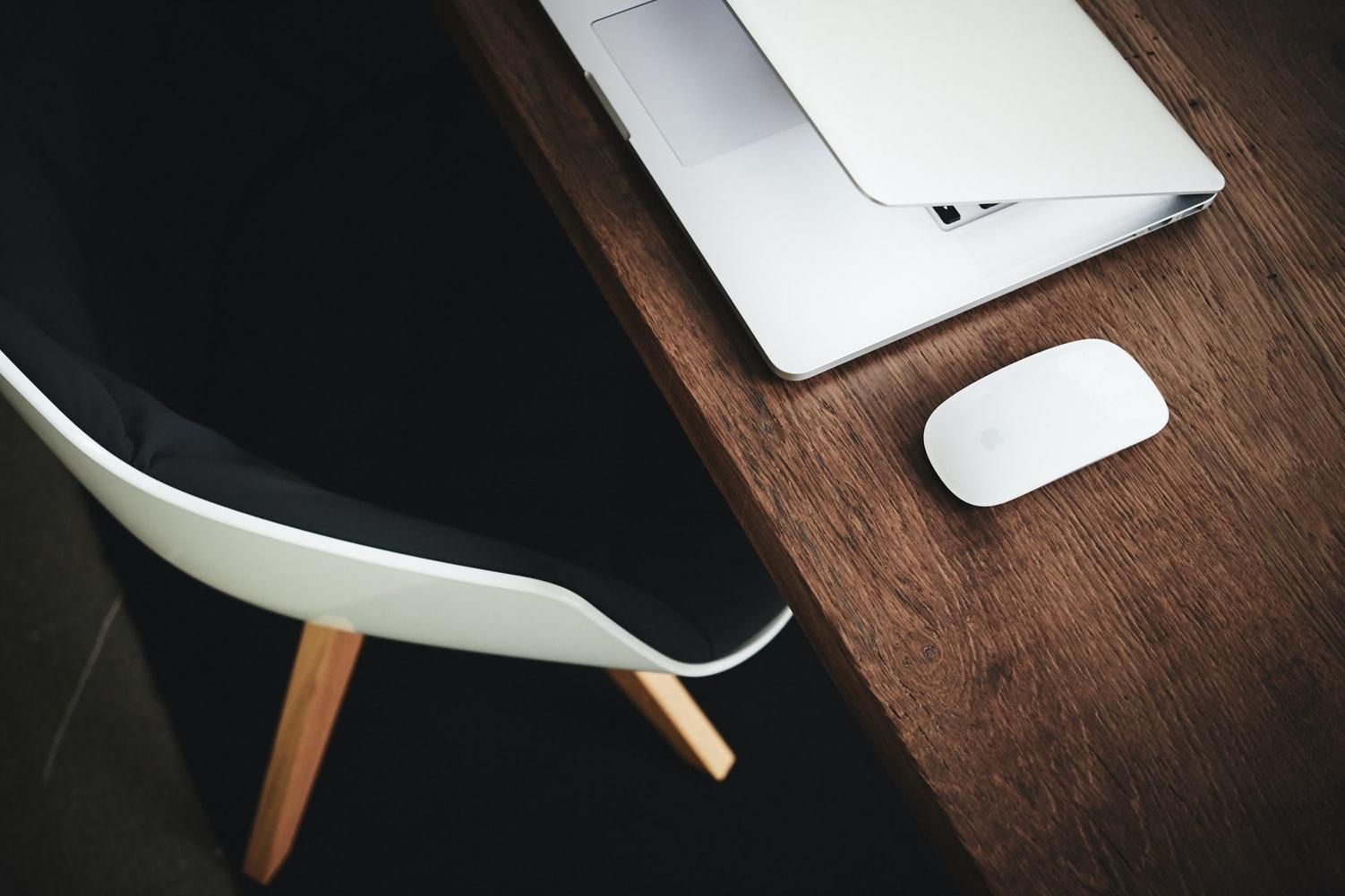 nueva-forma-de-trabajo-escritorio-con-laptop-y-computadora