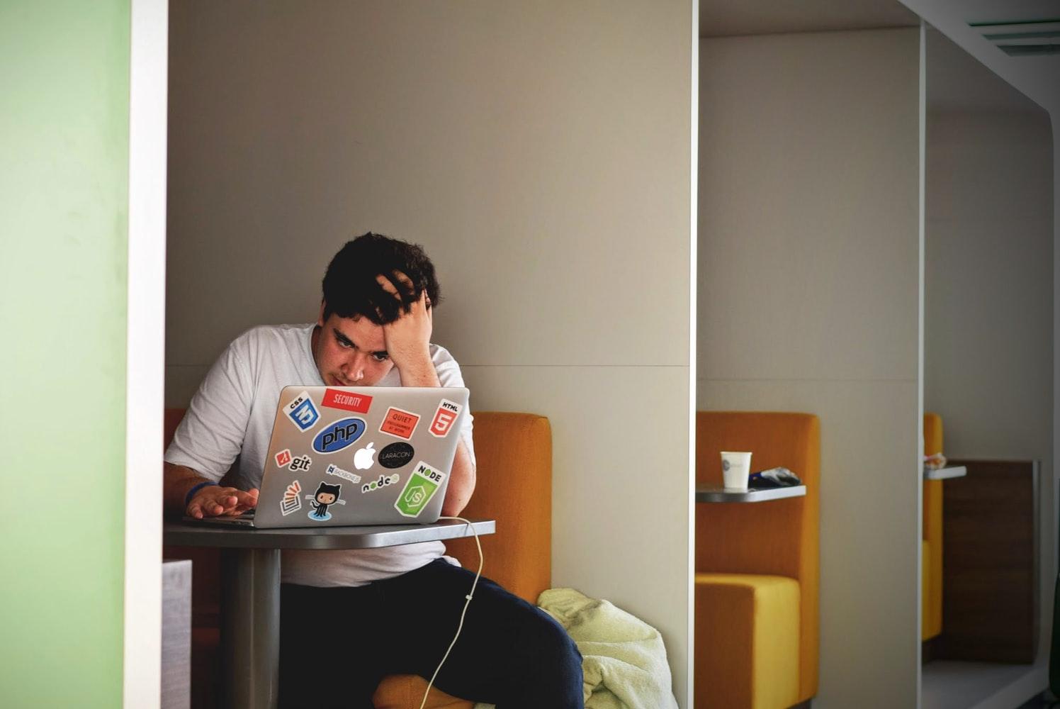 persona-trabajando-en-cubiculo